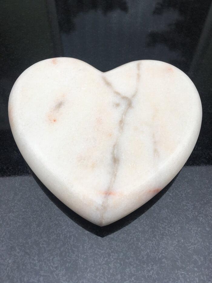 rzeźba marmurowa serce