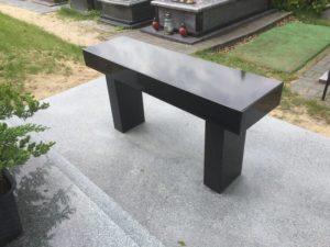 ławka z czarnego granitu